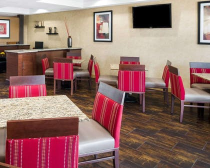 Enjoy breakfast in this seating area | Comfort Suites Las Colinas Center