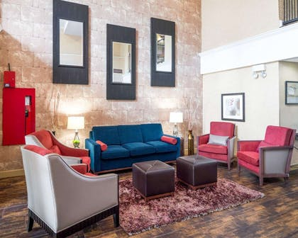 Lobby with sitting area | Comfort Suites Las Colinas Center