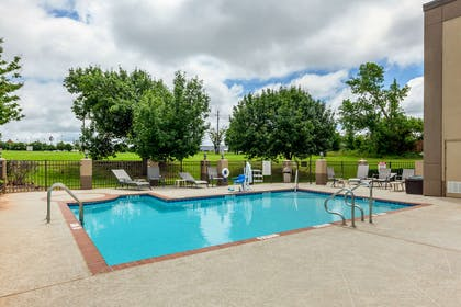 Outdoor pool | Quality Suites Sherman