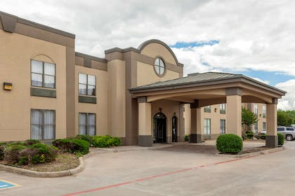 Hotel exterior   Quality Suites Sherman