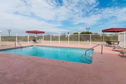 Outdoor pool | Quality Suites