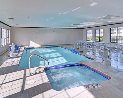 Indoor pool with hot tub | Comfort Inn & Suites Beachfront