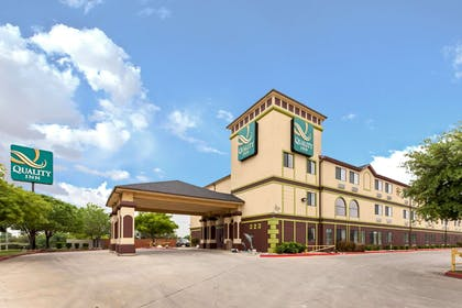 Hotel Exterior | Quality Inn near SeaWorld - Lackland