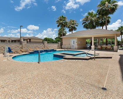 Outdoor pool with hot tub and sundeck | Comfort Suites Deer Park Pasadena