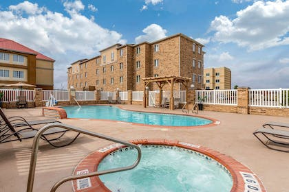 Outdoor pool | Comfort Suites Central