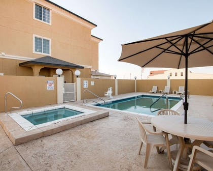 Outdoor pool with hot tub and sundeck | Comfort Suites San Angelo near University