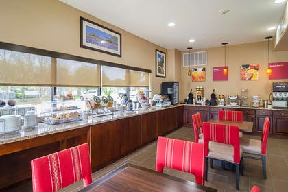 Breakfast area | Quality Suites North IH 35