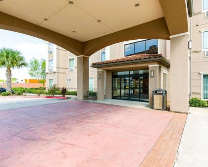 Hotel entrance | Comfort Inn And Suites Winnie