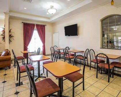 Enjoy breakfast in this seating area | Econo Lodge Inn & Suites Beaumont