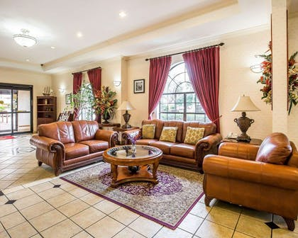 Lobby with sitting area | Econo Lodge Inn & Suites Beaumont