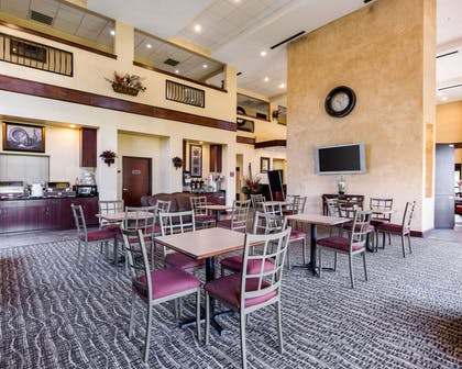 Enjoy breakfast in this seating area | Comfort Suites near NASA - Clear Lake