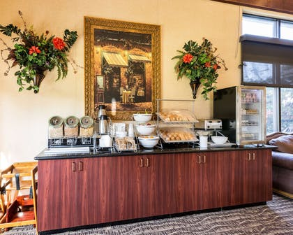 Breakfast counter | Comfort Suites near NASA - Clear Lake