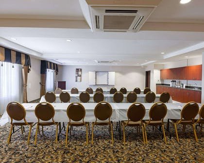 Meeting room with classroom-style setup | Comfort Suites University