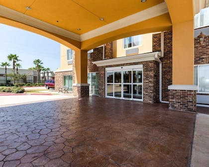 Hotel entrance | Comfort Suites Pearland / South Houston
