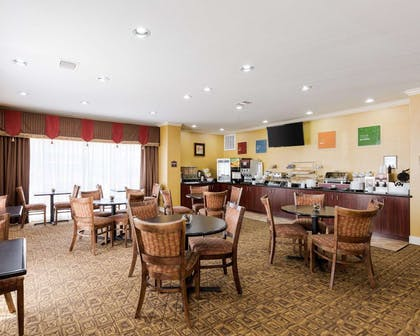 Spacious breakfast area | Comfort Suites Pearland / South Houston
