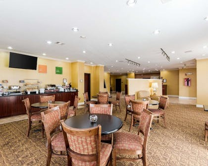 Enjoy breakfast in this seating area | Comfort Suites Pearland / South Houston