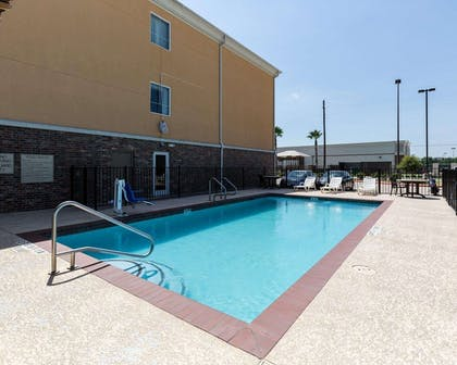 Outdoor pool with sundeck | Comfort Suites Pearland / South Houston