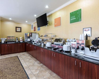 Free breakfast | Comfort Suites Pearland / South Houston