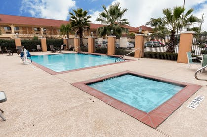 Outdoor pool with hot tub and sundeck   Comfort Suites Hobby Airport