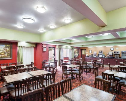 Enjoy breakfast in this seating area | Comfort Inn and Suites Near Medical Center