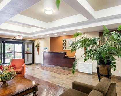 Front desk with friendly staff | Comfort Inn and Suites Near Medical Center