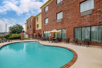 Outdoor pool | Comfort Suites Ennis