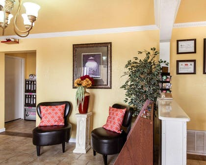 Lobby with sitting area | Econo Lodge Inn & Suites Downtown Northeast