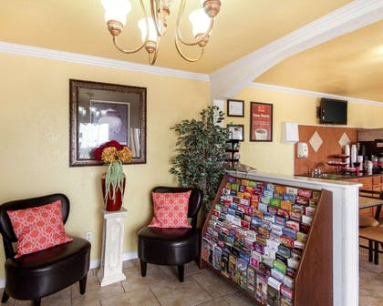 Hotel lobby | Econo Lodge Inn & Suites Downtown Northeast