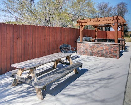 Barbecue area | Comfort Suites At Lake Worth