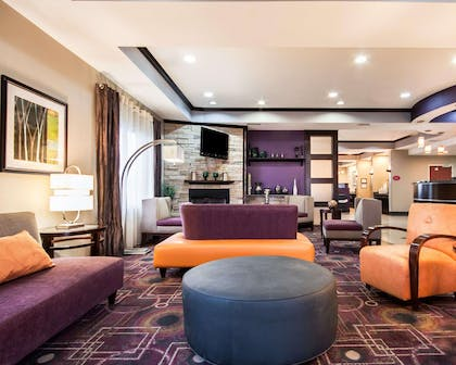 Lobby with sitting area | Comfort Suites Pecos