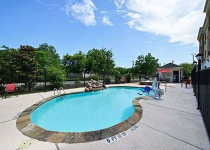 Outdoor pool | Comfort Suites Bay City