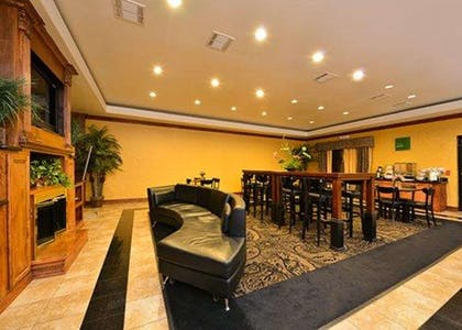 Breakfast area | Comfort Suites Bay City