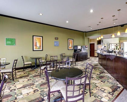 Enjoy breakfast in this seating area | Comfort Suites Waxahachie - Dallas