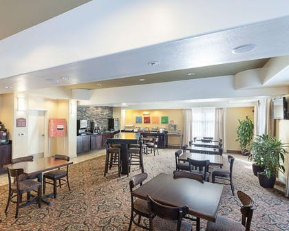 Breakfast area | Comfort Suites Medical Center near Six Flags