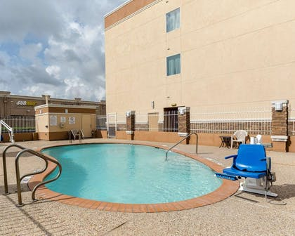 Outdoor pool with hot tub | Comfort Suites at Katy Mills