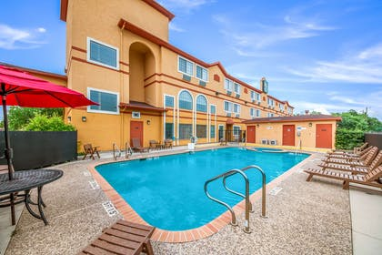 Relax by the pool | Quality Suites San Antonio