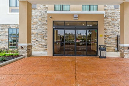 Hotel entrance | Comfort Suites Houston I-45 North