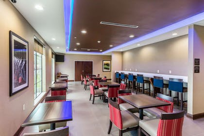 Enjoy breakfast in this seating area | Comfort Suites Houston I-45 North