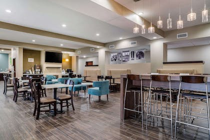 Enjoy breakfast in this seating area | Sleep Inn & Suites near Westchase
