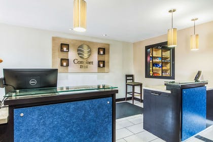 Front desk with friendly staff | Comfort Inn Dallas Park Central