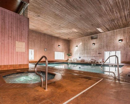 Indoor pool with hot tub | Quality Suites