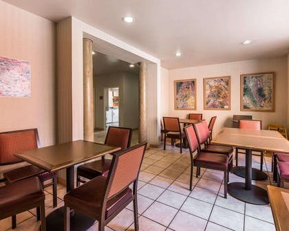 Enjoy breakfast in this seating area | Quality Suites