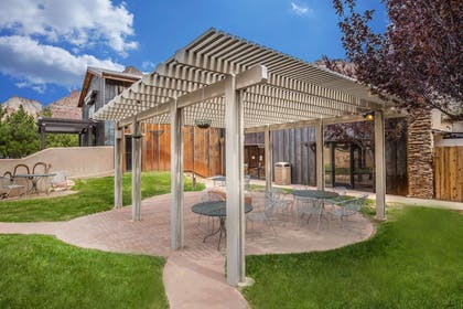 Hotel with outdoor patio | Quality Inn Springdale at Zion Park