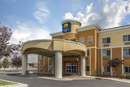 Hotel entrance | Comfort Inn Farr West