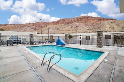 Outdoor pool | Comfort Suites Moab near Arches National Park