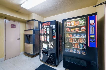 Hotel vending area | Quality Inn Fredericksburg, Central Park Area