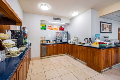 Breakfast counter | Quality Inn Fredericksburg, Central Park Area