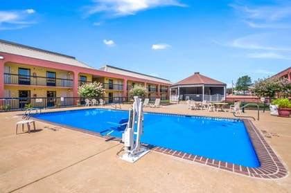 Outdoor pool | Quality Inn Fredericksburg, Central Park Area