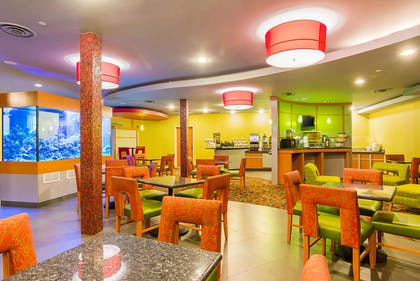 Enjoy breakfast in this seating area | Comfort Suites At Virginia Center Commons