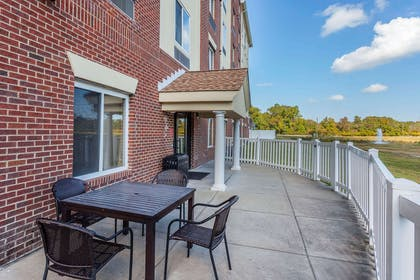 Patio area | Comfort Suites Suffolk - Chesapeake